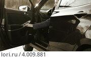 Девушка подходит к автомобилю и садится внутрь. Тонированное видео. Стоковое видео, видеограф Кекяляйнен Андрей / Фотобанк Лори