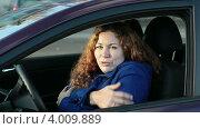 Девушка опускает автомобильно окно, ежится от холода и поднимает обратно. Стоковое видео, видеограф Кекяляйнен Андрей / Фотобанк Лори