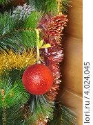 Елочный шарик на ветке с мишурой. Стоковое фото, фотограф Елена Шуршилина / Фотобанк Лори