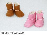 Купить «Две пары зимних детских сапожек на снегу», фото № 4024209, снято 26 декабря 2010 г. (c) Paleka / Фотобанк Лори
