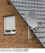 Спутниковая антенна на крыше дома. Стоковое фото, фотограф Felix Bensman / Фотобанк Лори