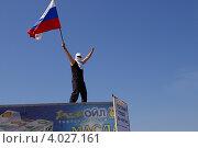Болельщик с флагом на фоне неба (2008 год). Редакционное фото, фотограф Сергей Плешаков / Фотобанк Лори