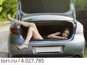 Купить «Привлекательная женщина в багажнике автомобиля», фото № 4027785, снято 2 июня 2011 г. (c) Сергей Сухоруков / Фотобанк Лори