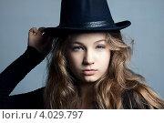 Девушка в шляпе на сером фоне. Стоковое фото, фотограф Масюк Светлана / Фотобанк Лори
