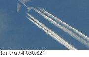 Пассажирский самолет летит, оставляя следы на небе, замедленное воспроизведение. Стоковое видео, видеограф Yaroslav Bokotey / Фотобанк Лори