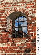 Стена из древнего кирпича и зарешеченое окно с видом на башню (2011 год). Редакционное фото, фотограф Татьяна Нестерова / Фотобанк Лори