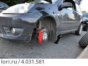 Замена колеса у легкового автомобиля (2012 год). Редакционное фото, фотограф Полина Пчелова / Фотобанк Лори