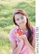 Купить «Юная девушка держит красное яблоко», фото № 4033181, снято 25 марта 2019 г. (c) Майя Крученкова / Фотобанк Лори