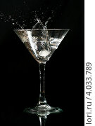 Купить «Кубик льда падает в бокал мартини», фото № 4033789, снято 3 июля 2008 г. (c) Иван Михайлов / Фотобанк Лори