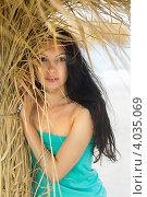 Купить «Портрет молодой женщины в зелёном платье у сухой пальмы», фото № 4035069, снято 15 июля 2011 г. (c) Сергей Сухоруков / Фотобанк Лори