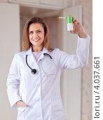 Купить «Девушка-врач держит спрей», фото № 4037661, снято 22 сентября 2012 г. (c) Яков Филимонов / Фотобанк Лори