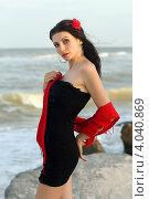 Купить «Портрет молодой женщины  с красным цветком в волосах на фоне моря», фото № 4040869, снято 16 июля 2011 г. (c) Сергей Сухоруков / Фотобанк Лори