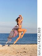 Купить «Молодая стройная девушка прыгает на пляже с парео», фото № 4042869, снято 23 июля 2011 г. (c) Сергей Сухоруков / Фотобанк Лори