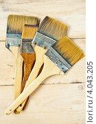 Купить «Четыре кисти на деревянной поверхности», фото № 4043205, снято 31 октября 2012 г. (c) Олег Селезнев / Фотобанк Лори