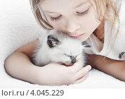 Маленькая девочка и котенок. Стоковое фото, фотограф oleksandr gurin / Фотобанк Лори