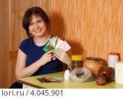 Купить «Молодая женщина с пакетами семян в руках», фото № 4045901, снято 31 января 2012 г. (c) Яков Филимонов / Фотобанк Лори