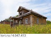 Купить «Старый дом в деревне», фото № 4047413, снято 6 августа 2012 г. (c) FotograFF / Фотобанк Лори