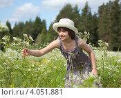Девочка в сарафане собирает цветы на лугу. Стоковое фото, фотограф Кравченко Юлия / Фотобанк Лори