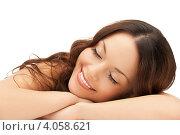 Купить «Молодая привлекательная брюнетка в СПА салоне на белом фоне», фото № 4058621, снято 30 октября 2011 г. (c) Syda Productions / Фотобанк Лори