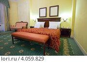 Купить «Широкая кровать в номере отеля», эксклюзивное фото № 4059829, снято 23 ноября 2011 г. (c) Яков Филимонов / Фотобанк Лори
