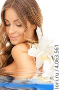 Купить «Привлекательная молодая женщина с длинными волосами и нежным цветком», фото № 4063561, снято 14 августа 2010 г. (c) Syda Productions / Фотобанк Лори