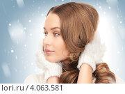 Купить «Портрет симпатичной девушки с каштановыми волосами в белых перчатках на белом фоне со снежинками», фото № 4063581, снято 10 октября 2010 г. (c) Syda Productions / Фотобанк Лори