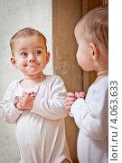 Купить «Ребенок стоит около зеркала», фото № 4063633, снято 28 ноября 2012 г. (c) Олег Селезнев / Фотобанк Лори