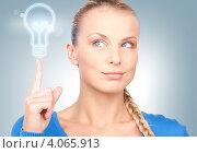 Купить «Молодая привлекательная деловая женщина с пиктограммой лампочки на фоне», фото № 4065913, снято 8 мая 2010 г. (c) Syda Productions / Фотобанк Лори