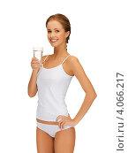 Купить «Стройная юная девушка со стаканом воды в руке», фото № 4066217, снято 16 сентября 2012 г. (c) Syda Productions / Фотобанк Лори