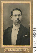 Купить «Салонный портрет мужчины в очках», фото № 4066981, снято 20 сентября 2012 г. (c) Копосова Татьяна Геннадьевна / Фотобанк Лори