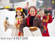 Женщины с блинами на праздновании Масленицы. Стоковое фото, фотограф Яков Филимонов / Фотобанк Лори