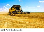 Купить «Зерноуборочный комбайн», фото № 4067933, снято 7 июля 2011 г. (c) Павлов Максим / Фотобанк Лори