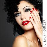 Купить «Портрет красивой брюнетки с красными ногтями и губами», фото № 4068297, снято 17 ноября 2012 г. (c) Валуа Виталий / Фотобанк Лори