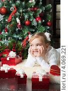 Купить «Счастливая девочка мечтает около новогодней елки о подарке», фото № 4069221, снято 4 ноября 2012 г. (c) Оксана Гильман / Фотобанк Лори