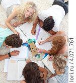 Купить «Подростки вместе делают домашнее задание», фото № 4071761, снято 22 октября 2009 г. (c) Wavebreak Media / Фотобанк Лори