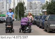 Купить «Молодые родители с колясками на улице, район Митино», эксклюзивное фото № 4073597, снято 16 июля 2011 г. (c) Дмитрий Неумоин / Фотобанк Лори
