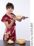 Купить «Молодая девушка в домашнем халате пробует кусок домашнего торта», фото № 4073897, снято 1 декабря 2012 г. (c) Михаил Иванов / Фотобанк Лори