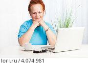 Уверенная пожилая женщина за столом с ноутбуком и чашкой кофе. Стоковое фото, фотограф Сергей Новиков / Фотобанк Лори