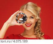 Купить «Очаровательная блондинка в красном платье с большим бриллиантом в руке на красном фоне», фото № 4075189, снято 7 октября 2012 г. (c) Syda Productions / Фотобанк Лори