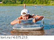 Купить «Мальчик лёжа на матрасе в реке показывает что всё будет хорошо», эксклюзивное фото № 4075213, снято 1 августа 2012 г. (c) Игорь Низов / Фотобанк Лори
