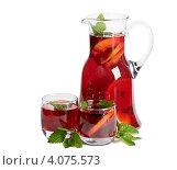 Стеклянный кувшин и два стакана, фруктовый напиток с мятой и пряностями, белый фон. Стоковое фото, фотограф Tatjana Baibakova / Фотобанк Лори