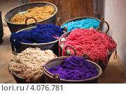 Разноцветная пряжа в ведрах. Стоковое фото, фотограф Ксения Доброскок / Фотобанк Лори