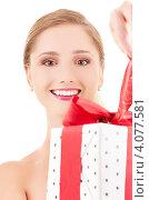 Купить «Привлекательная девушка с длинными волосами с подарком, перевязанным лентой, в руках на белом фоне», фото № 4077581, снято 15 августа 2009 г. (c) Syda Productions / Фотобанк Лори