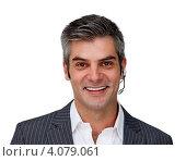 Портрет улыбающегося бизнесмена с гарнитурой мобильного телефона. Стоковое фото, агентство Wavebreak Media / Фотобанк Лори