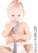 Купить «Маленький мальчик в подгузнике с половником на белом фоне», фото № 4085209, снято 12 сентября 2009 г. (c) Syda Productions / Фотобанк Лори