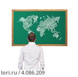 Купить «Мужчина смотрит на доску с изображением карты мира», фото № 4086209, снято 28 сентября 2012 г. (c) Виталий Китайко / Фотобанк Лори