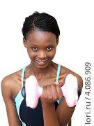 Купить «Темнокожая девушка тренируется с гантелями», фото № 4086909, снято 18 марта 2010 г. (c) Wavebreak Media / Фотобанк Лори