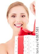 Купить «Привлекательная молодая женщина с подарком с бантом в руках», фото № 4087581, снято 15 августа 2009 г. (c) Syda Productions / Фотобанк Лори