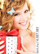 Купить «Привлекательная молодая женщина с подарком с бантом в руках», фото № 4087981, снято 1 августа 2009 г. (c) Syda Productions / Фотобанк Лори