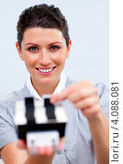 Купить «Улыбающаяся деловая женщина с офисным держателем для карточек», фото № 4088081, снято 28 октября 2009 г. (c) Wavebreak Media / Фотобанк Лори